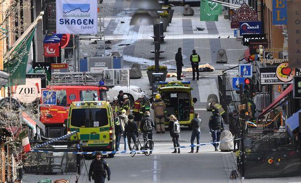 4 ihmistä kuoli ja 15 loukkaantui perjantaisessa iskussa Tukholman keskustassa.