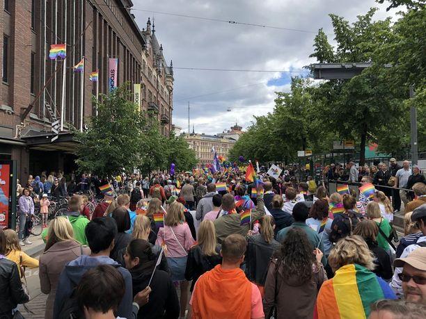 Lähes 100 000 ihmisen Pride-kulkue täytti Helsingin kadut lauantaina.