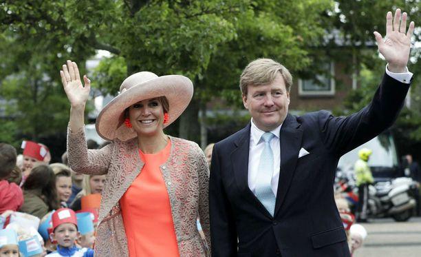 Kuningas Willem-Alexander vaimonsa kuningatar Maximan kanssa.