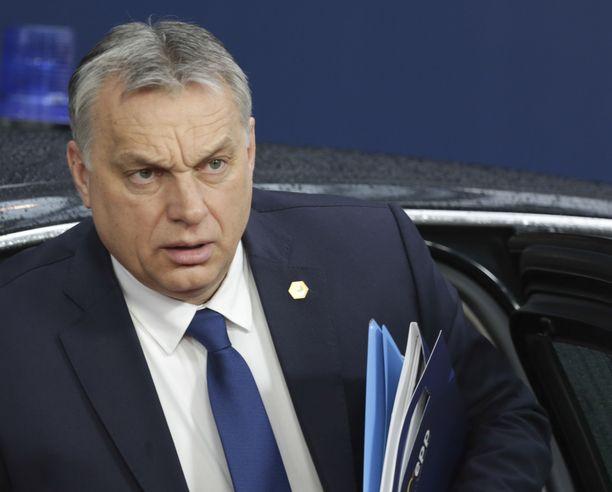 Unkarin pääministeri Victor Orban haluaa tiukentaa koronaohjeistuksia.