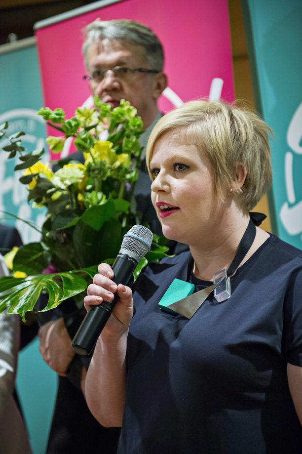 Annika Saarikko aloittaa perhe- ja peruspalveluministerinä vaalikauden puolivälissä. Taustalla nykyinen perhe- ja peruspalveluministeri Juha Rehula.