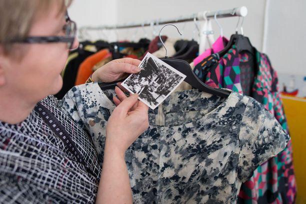 Sirpa Juuti vertaa kuvan asua ja rekistä ottamaansa mekkoa toisiinsa - täysosuma! Kuvassa äitiysmekko 1950-luvun lopulta Timoa odottaessa.