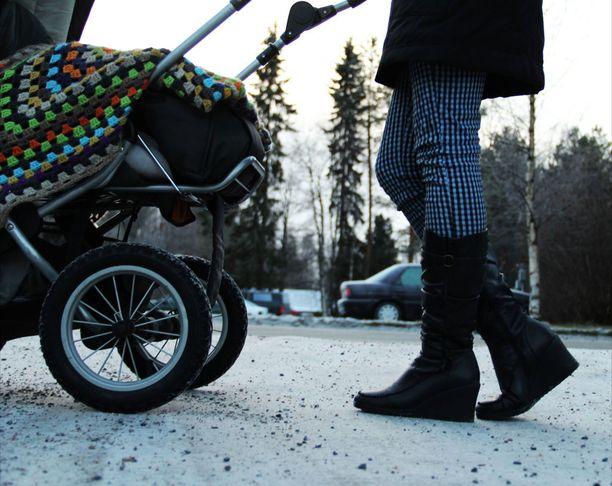 """Monilla työpaikoilla lähdetään THL:n tutkimuksen mukaan siitä, että isät voivat pitää """"kaikki vapaat"""". """"Kaikilla vapailla"""" tarkoitetaan kuitenkin ainoastaan isille korvamerkittyä vapaata eli isyysvapaata, ja vanhempainvapaan ja hoitovapaan ajatellaan kuuluvan äidille."""
