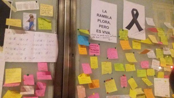 Surmapaikalle jätetyissä viesteissä toivotaan voimia barcelonalaisille.