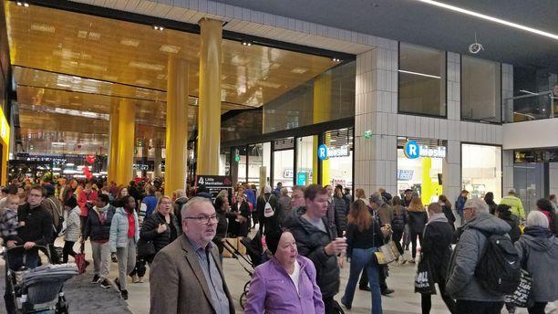 Paikalla on paljon ihmisiä.