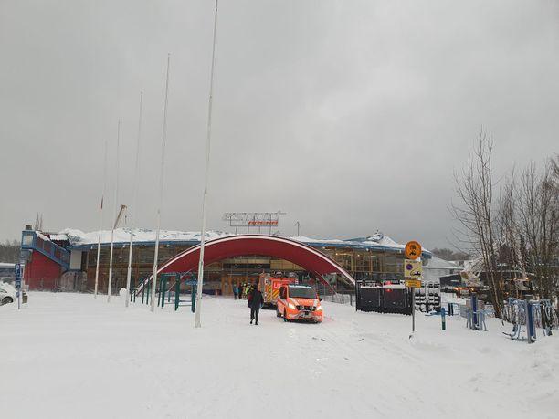 Pelastusviranomaiset olivat paikalla areenan yläosassa sijainneen kuplahallin romahdettua.