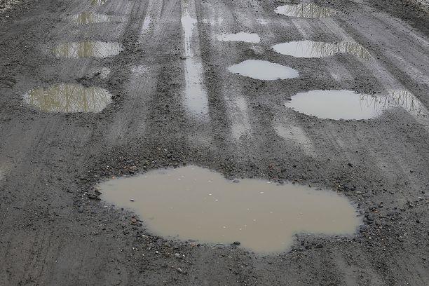 Suomen hiekkatiet vasta kuoppaisia ovatkin, mutta vaarallisia koloja on myös moottoriteillä.