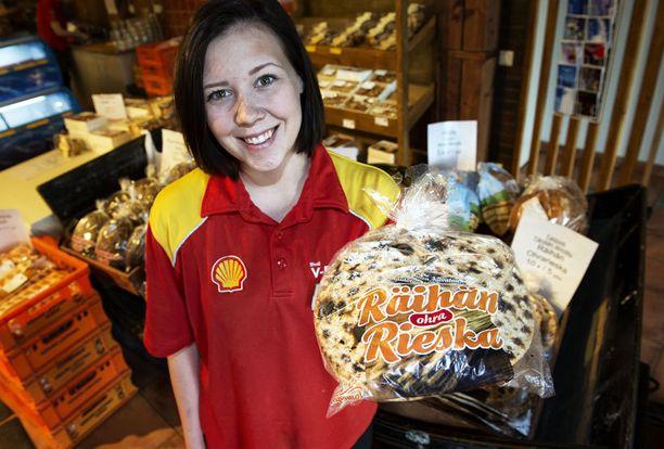 - Rieskat leivotaan vanhan reseptin mukaan, sanoo Saara Kössö.