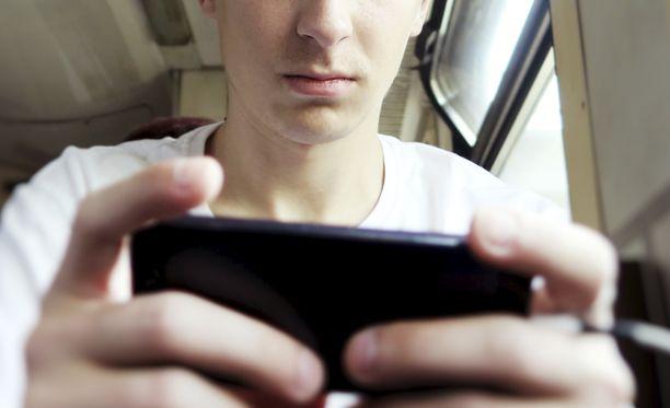 Tutkimuksen mukaan runsas somettaminen voi lisätä masentumisriskiä.