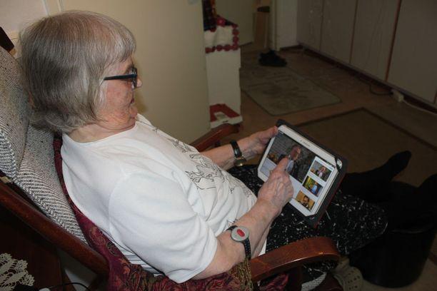 Elli seuraa maailman menoa television ja radion ohella tablettitietokoneella.