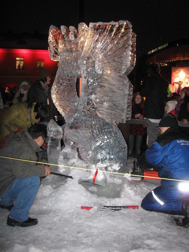 Kiinalaista uuttavuotta vietettiin Helsingissä Lasipalatsin aukiolla muun muassa jäänveiston merkeissä.