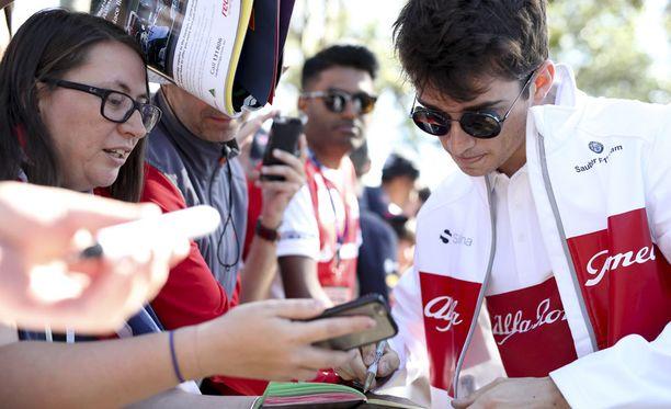 Charles Leclerc pääsi Australiassa maistelemaan ensimmäisen kerran F1-kuskin kisa-arkea. Kuvassa Leclerc kirjoittaa nimikirjoituksia Albert Parkin Melbourne Walkin varrelle saapuneelle yleisölle.