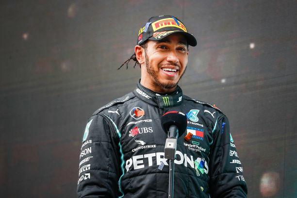Lewis Hamilton tuo Mersulle menestystä. Automerkki antaa suorituksista asianmukaisen korvauksen.