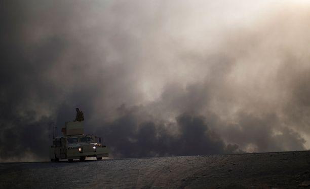 BBC:n mukaan terroristijärjestö Isis on sytyttänyt öljylähteitä tuleen Mosulin ympäristössä.