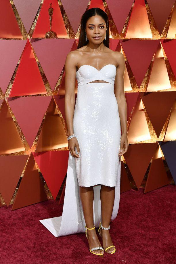 Oscar-ehdokas Naomie Harrisin iltapuku jakoi vahvasti mielipiteet. Osan mielestä asu on upea, osan mielestä se on karmea. Naomie Harris, 40, sai Oscar-ehdokkuuden Moonlight-draamasta.