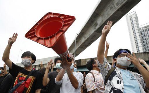 Kymmenettuhannet vaativat Thaimaan pääministerin eroa – mielenosoituksissa pidätetty ainakin 65
