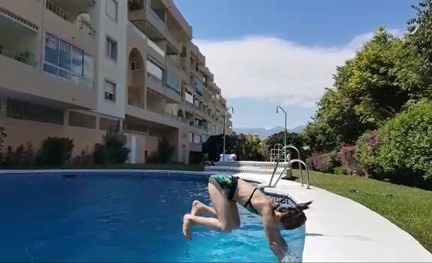 Lukijan lähettämällä videolla näkyy, kuinka tytön pää on mätkähtää kohtalokkaasti uima-altaan reunaan.
