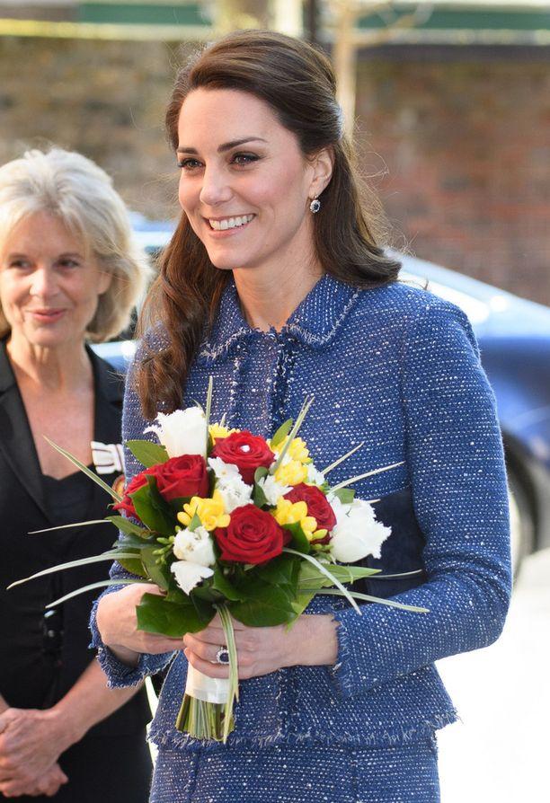 Catherinen lempijakkua on päivitetty. Aiemmassa versiossa oli pääntiessä kukkia.