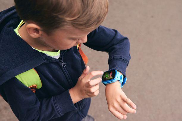 Lapsen sijaintia voi seurata esimerkiksi älykellolla.