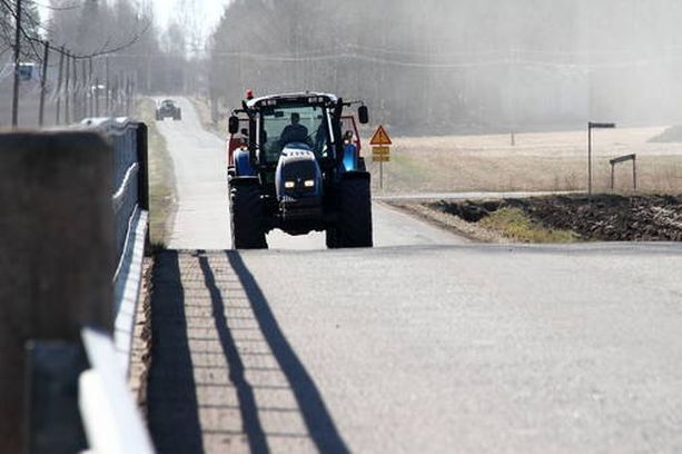 Riittävä turvaväli traktoriin takaa paremman ohitusnäkyvyyden.