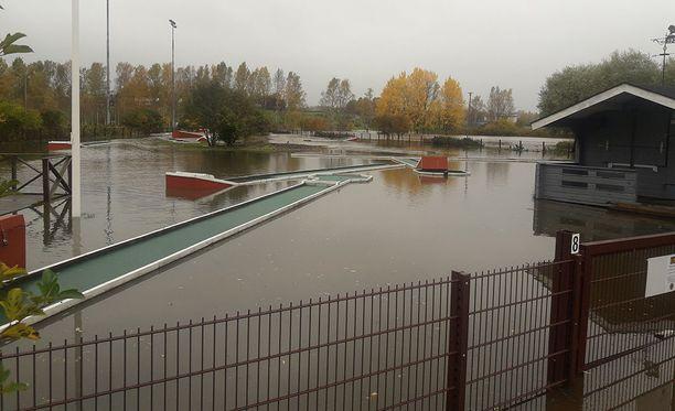 Tulvavedet lilluivat ratagolfkentän alueelle.