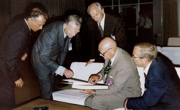 Kaikkiaan 35 maan edustajat allekirjoittivat Helsingin sopimuksen.
