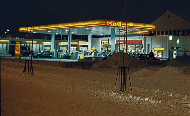 """""""Velallinen"""" otettiin autoon Herttoniemen Shellin pihalla."""