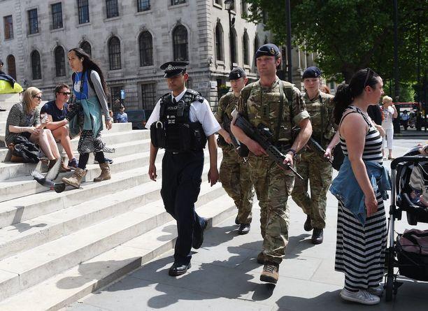 Valmiustila on korkeimmalla tasolla koko Britanniassa ja aseistautuneet poliisit sekä sotilaat partioivat kaupungeissa. Kuva Lontoosta.