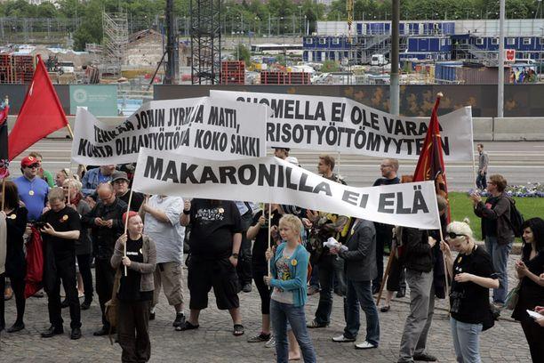 Nuoret osoittivat mieltä nuorisotyöttömyyttä vastaan eduskuntatalon edessä vuonna 2009.