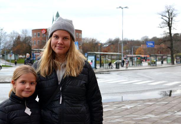 Caroline Söderstedtin tytär Freja tapaa nyt isoäitiään vain ulkosalla, ja halaaminen jätetään väliin.