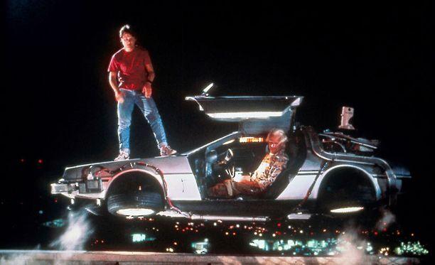 """DeLorean-autosta rakennettu aikakone vei elokuvahahmot Marty McFlyn (Michael J. Fox) ja Emmett """"Doc"""" Brownin (Christopher Lloyd) matkoille halki aikakausien."""