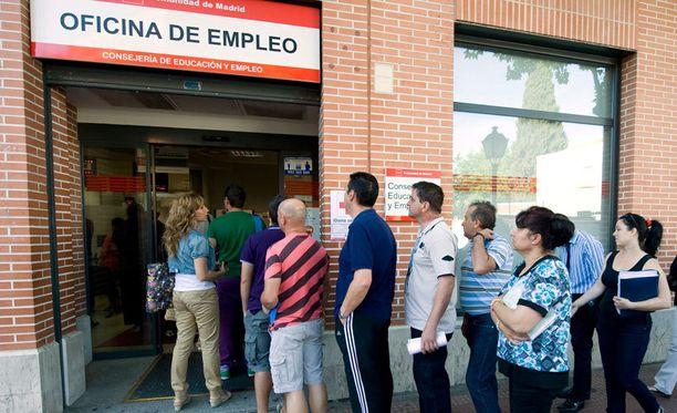 Kuvassa madridilaisessa työvoimatoimistossa on pitkä jono.