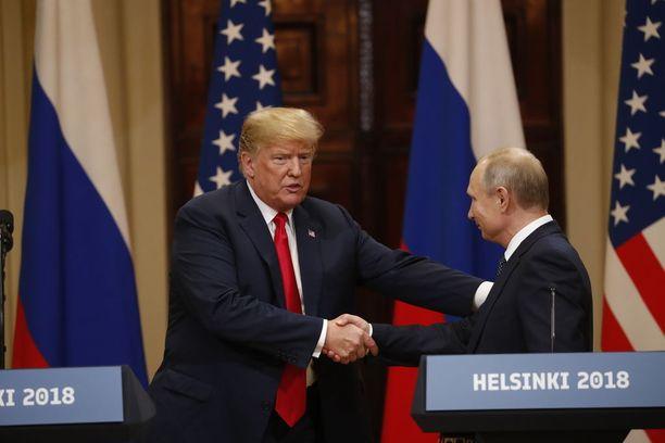 Yhdysvaltain presidentti Donald Trump tapasi maanantaina Venäjän presidentin Vladimir Putinin Helsingissä kahden kesken. Edes Yhdysvaltain kansallisen tiedustelun johtaja Dan Coats ei tiedä, mistä presidentit puhuivat.