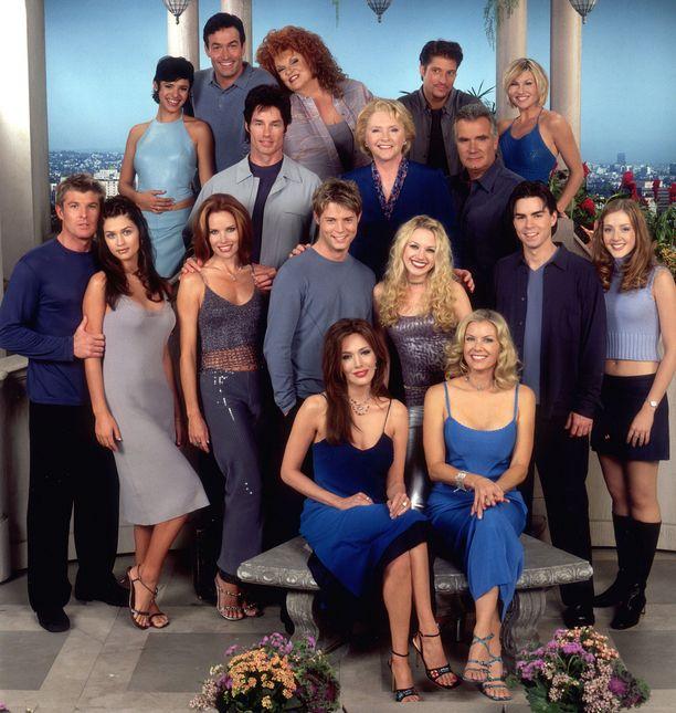 Vuonna 2001 Kauniiden ja rohkeiden näyttelijäkaartissa oli vielä monen monta alkuperäistä kasvoa.