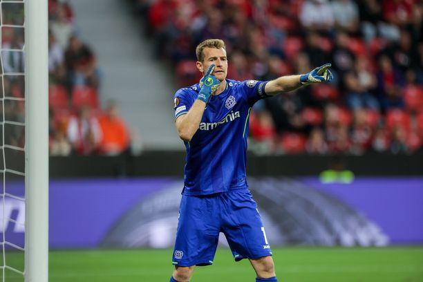 Lukas Hradecky oli tolppien välissä Leverkusenin maalilla.