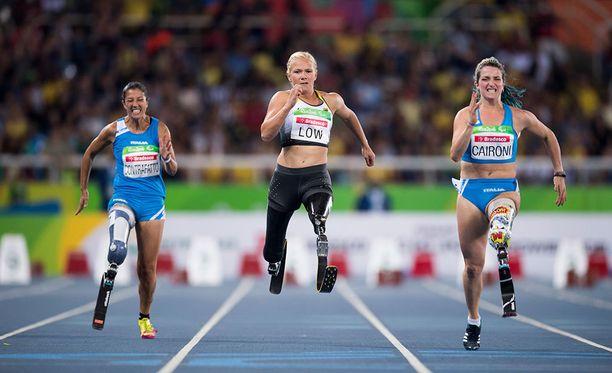 Monica Contrafatto (vas.) juoksi Rion paralympialaisissa pronssia T42-luokan sadalla metrillä.