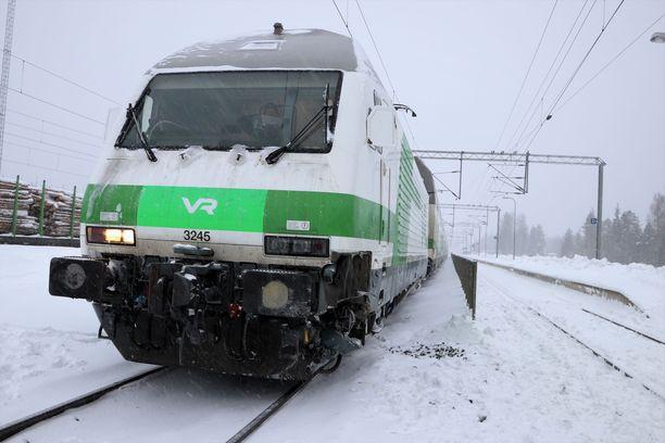 Humalainen mies kävi toisen matkustajan kimppuun pikajunassa lähellä Mäntyharjun asemaa.