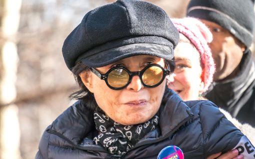 Ystävä paljastaa: Pyörätuolissa istuva Yoko Ono vaatii hoitoa kellon ympäri eikä poistu kotoaan – taiteilijan sairaus edelleen mysteeri
