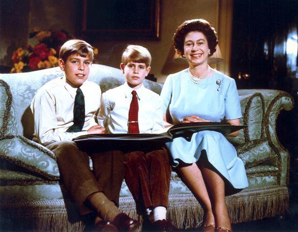 Kuningatar Elisabet ja prinssit Andrew ja Edward vuonna 1971.