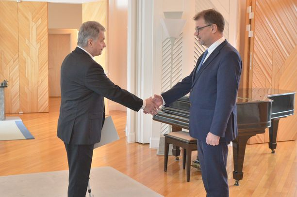 """Pääministeri Juha Sipilä jätti hallituksensa eronpyynnön presidentti Sauli Niinistölle perjantaina Mäntyniemessä kello 10.15. Sipilä oli hallitustaipaleensa aikana uhannut """"presidentin luo menemisellä"""" kahdesti aiemmin, kolmas kerta sanoi toden."""