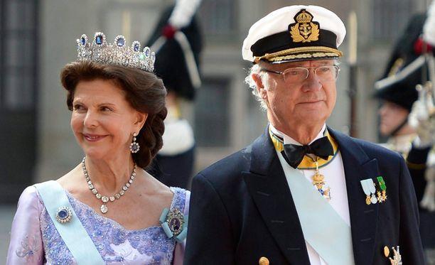 Kaarle Kustaan puhe kirvoitti myös naurua juhlakansassa.