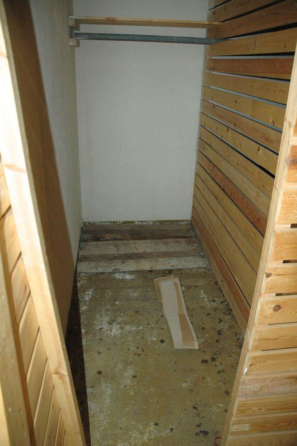 Ruumiit löydettiin naisen asunnon kellarikomerosta, jossa pakastinta ei ollut.