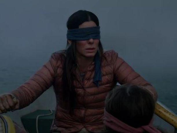 Elokuvassa äiti yrittää pelastaa lapsensa silmät sidottuina.
