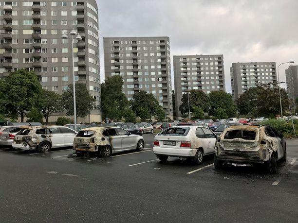 Nuoret sytyttivät autoja tuleen kerrostalojen ympäröimällä parkkipaikalla Frölundassa.