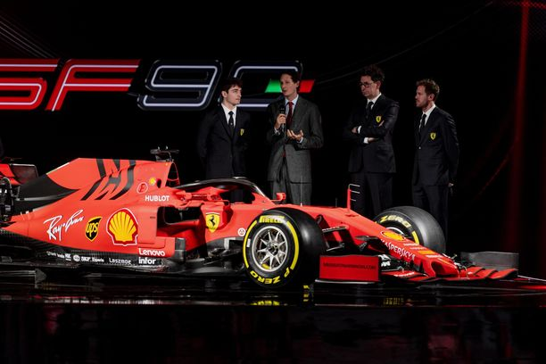 Ferrarin tallipäällikkö Mattia Binotto, puheenjohtaja John Elkann sekä kuljettajat Sebastian Vettel ja Charles Leclerc esittelivät uuden SF90-tykin Maranellossa perjantaina.