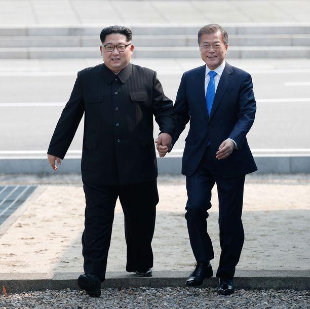 Pohjois-Korean Kim Jong-un ja Etelä-Korean Moon Jae-in astuivat yhdessä takaisin Etelä-Korean puolelle.