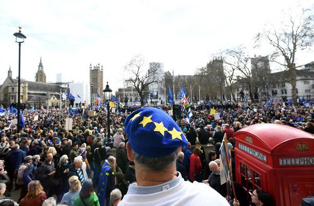 Vähintään sadattuhannet ihmiset marssivat lauantaina Lontoossa brexitiä vastaan.