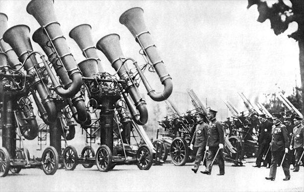 Japanin keisari Hirohito tarkastamassa maan armeijan käytössä olleita sotatuubia vuonna 1935.