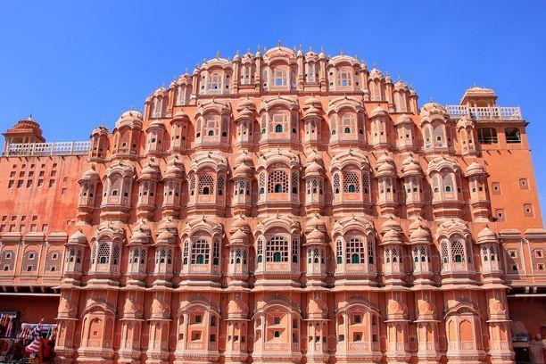 Jaipurin vanhassa keskustassa talojen väritys on yhtenäinen.