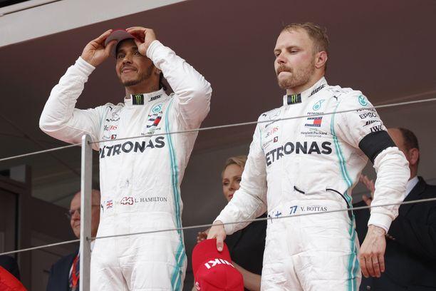 Lewis Hamilton juhli Monacossa voittoa. Valtteri Bottas joutui tyytymään kolmanteen sijaan.